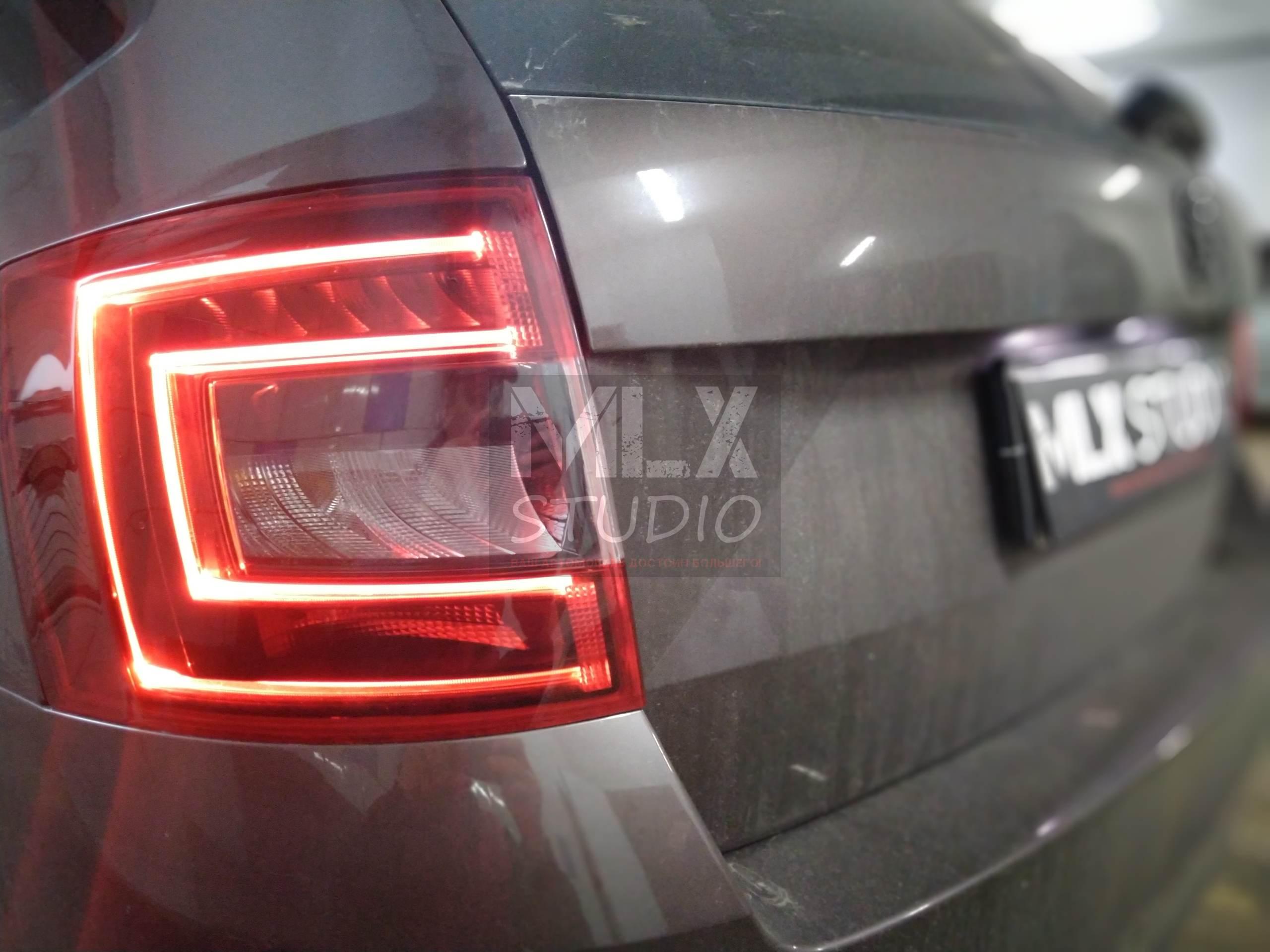 Стайлинг задних LED фонарей Skoda Octavia A7 combi в черный глянец
